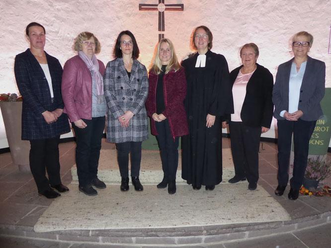 Kirchenvorstand Rattlar (von links nach rechts): Heike Schäfer, Silke Vogel, Margit Leithäuser, Tonja Hochmanski, Pfarrerin Stephanie Stracke, Evemarie Fehlinger, Carola Rieger.
