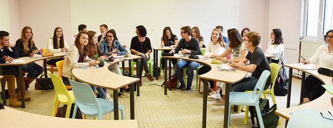 Lycée Sainte-Marie | Une salle organisée autour de tables semi-circulaires (septembre 2017)