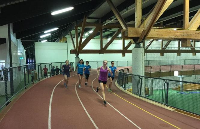 Athletinnen des LCE auf der Rundbahn im Ahorn-Sportpark in Paderborn
