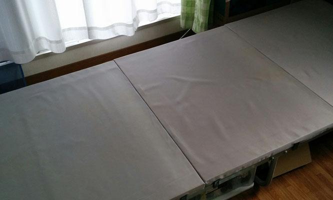 板のベッドには…