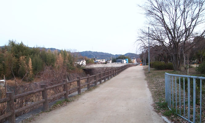 天の川沿いを歩きます
