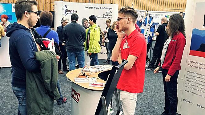 Raphael Kornberger (rechts) berät einen Messebesucher zur IT-Ausbildung bei URANO.