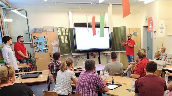 Zu Gast bei der Grundschule Planig: Gökhan Demirdag stellt die Produkte und Services vor, mit denen URANO regionale Schulen bei der Digitalisierung unterstützt.