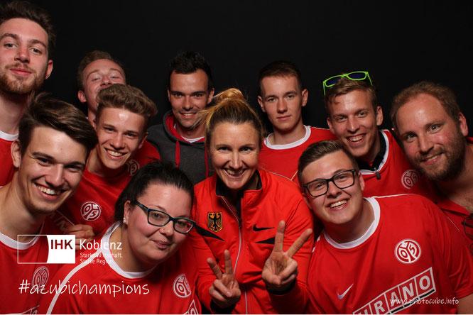 Gruppenbild mit Spitzensportlerin: URANO-Azubis mit Stabhochspringerin Carolin Hingst