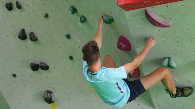 URANO-Azubi Jannik Gerlach klettert in der Bad Kreuznacher Boulderhalle Gravity
