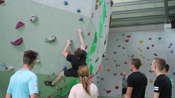 URANO-Azubi Lars Bolz klettert in der Bad Kreuznacher Boulderhalle Gravity