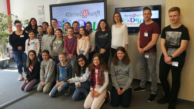 Willkommen bei URANO:  Geschäftsführerin Eva Beuscher (3. v. r.) und Elisa Junker (verantwortlich für Ausbildung) begrüßen 18 Mädchen aus Bad Kreuznach und Umgebung zum diesjährigen Girls' Day.
