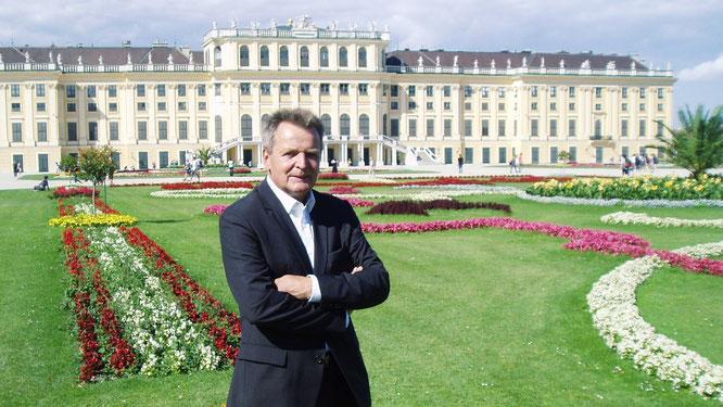 URANO-Niederlassungsleiter Manfred Kramml vor dem Schloss Schönbrunn in Wien