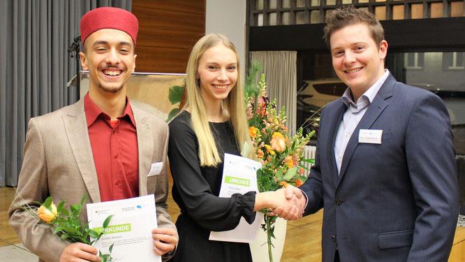 URANO-COO Sebastian Schmalenbach (rechts) gratuliert Sonja Böger und Ghaith Belaazi