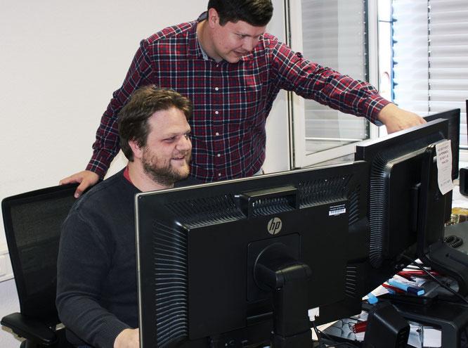 Sind beim IT-Lösungspartner URANO inhaltlich angekommen: Christian Klotz (links) und Emil Arndt. Beide arbeiten als Senior System Engineer.  © Brust/URANO