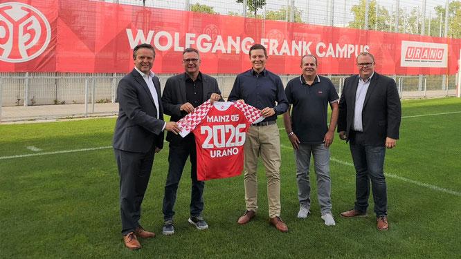 Starke Partner: URANO-Gründer und CEO Andreas Krafft (2.v.l.) und COO Sebastian Schmalenbach (Mitte) mit (v.l.) Jan Lehmann (kaufmännischer Vorstand, 1. FSV Mainz 05), NLZ-Leiter Volker Kersting und David Schössler (Leiter Partnermanagement bei Mainz 05).
