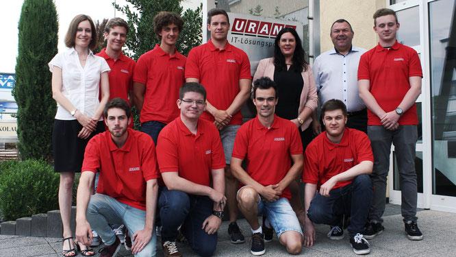 URANO-Geschäftsführerin Eva Beuscher (links), Elisa Junker, bei URANO zuständig für Ausbildung, und HR-Leiter Thomas Bauer heißen die neuen Azubis beim Bad Kreuznacher IT-Lösungspartner willkommen.
