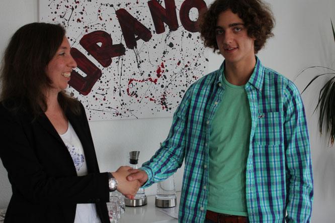Denise Hoffmann, URANO-Expertin für Ausbildung, gratuliert Jonathan Haus zum Ausbildungsvertrag.