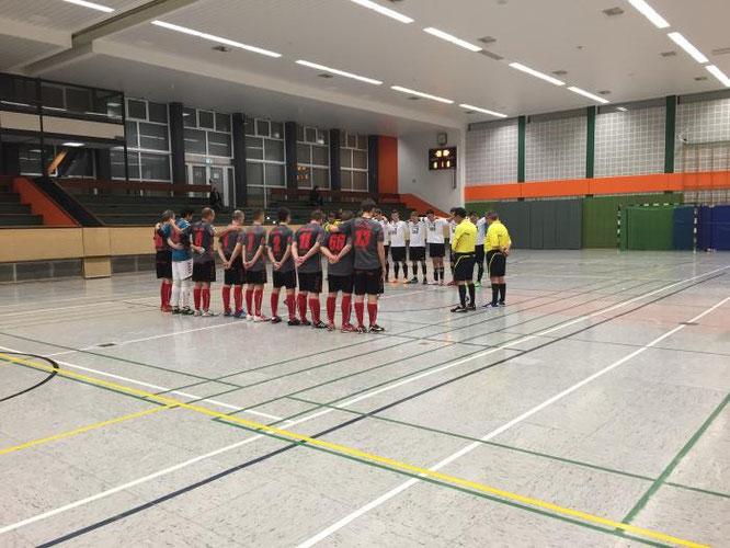 Innehalten: Schweigeminute zu Ehren des kürzlich überraschend verstorbenen Vorsitzenden des SC Union Nettetal. (Foto: Futsalicious Essen e.V.)