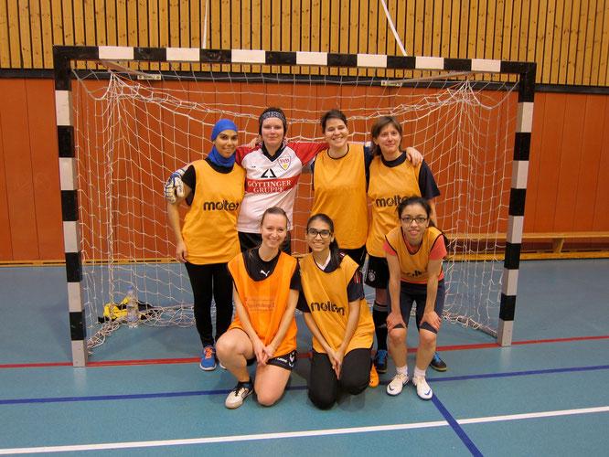 Die Futsalicious Essen Ladies (noch ohne offiziellen Trikotsatz): Asmae Gassa, Ines, Sonja Droste, Juliane Richter, Elena Kleine, Meriam Gassa, Nassira (Foto: Futsalicious Essen)