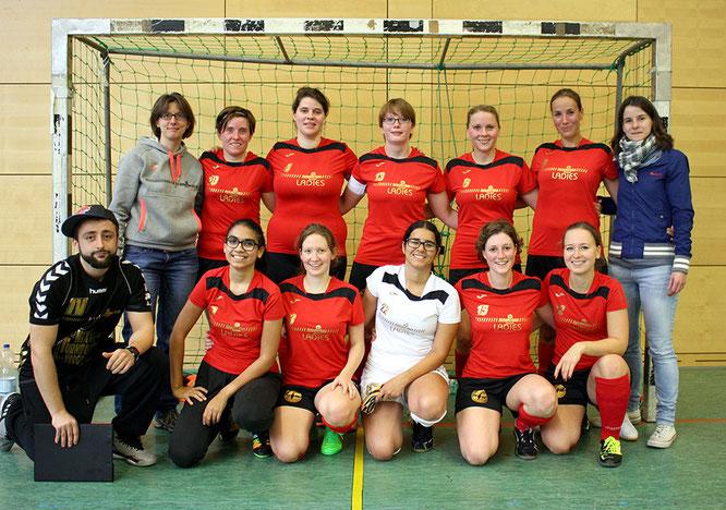 Das Premierenteam der Futsalicious Ladies in Köln: (hinten v.l.) Richter, Fritz, Droste, Holzapfel, Henrich, de Beule, Kappelhoff; (vorne v.l.) Coach Valchev, Gassa, Klein, Correz de Oliveira, Reich, Kleine (Foto: Gött)