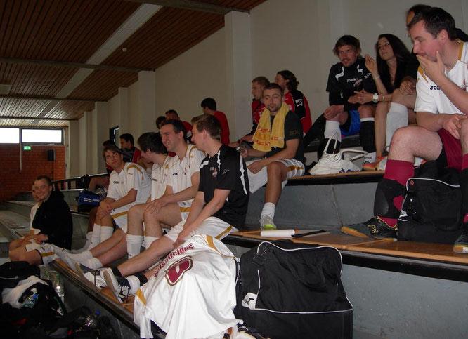 Das Team relaxed auf der Tribüne zwischen den Spielen (Foto: Kristoff Gött)