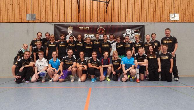 """Alle """"MEISTERLICIOUS"""": Das halbwegs vollständige Aktiven-Foto von Futsalicious Essen e.V. mit Futsalerinnen und Futsalern, Tänzerinnen und Tänzern anlässlich des Jubiläums (Foto: Gibson)"""