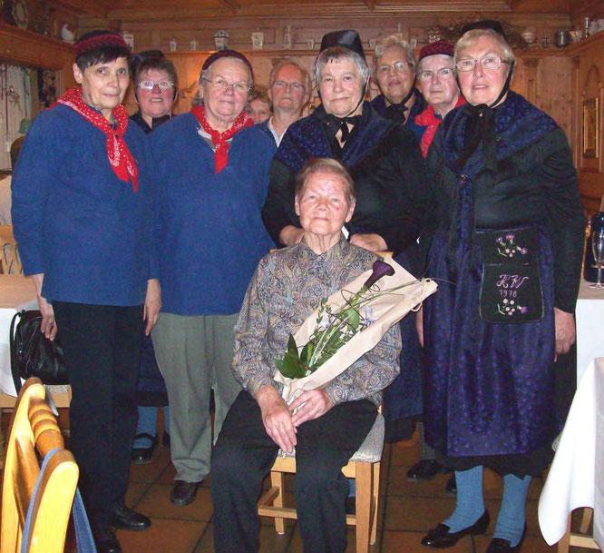 90. Geburtstag von Gertrud Preußer mit den Dauborner Landfrauen