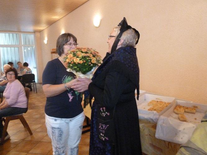 Hildegard Knapp und Heidi Wagner in Tracht mit Christa Macht