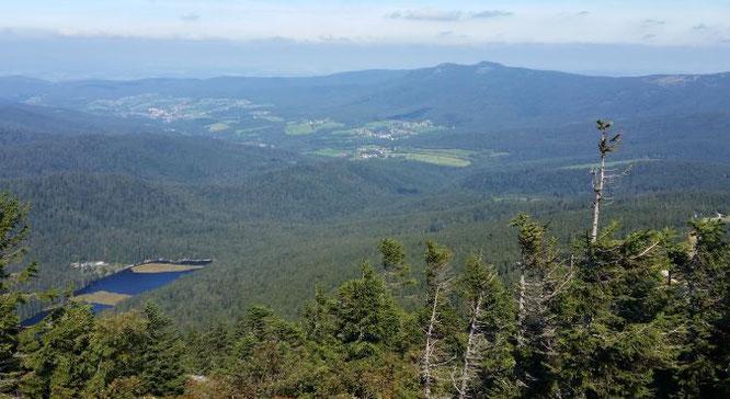 Blick vom Großen Arber zum Kleinen Arbersee mit Gr. und Kl. Osser