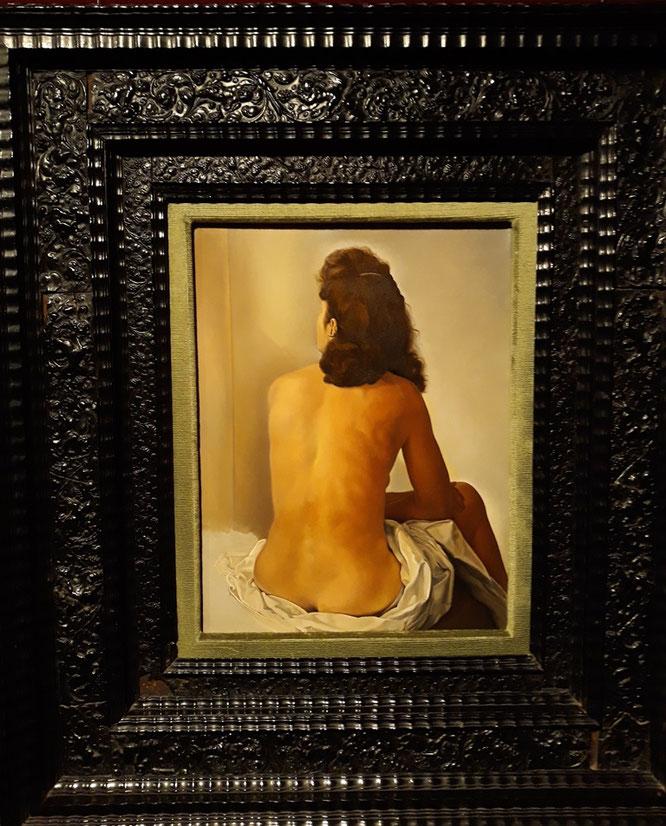Шедевры Театра-Музея Дали. Обнаженная Гала, смотрящаяся в невидимое зеркало.