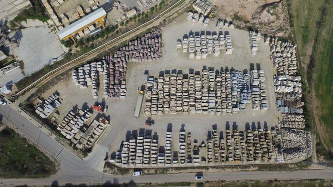 Из какого материала строится Саграда Фамилия в Барселоне