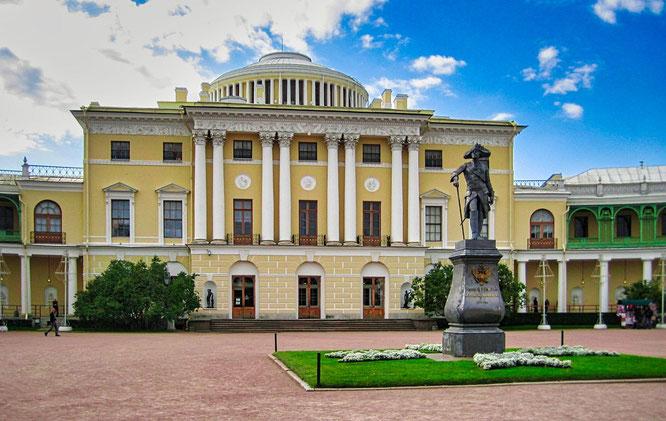 Statue für Paul I. vor dem Schloß in Pawlowsk