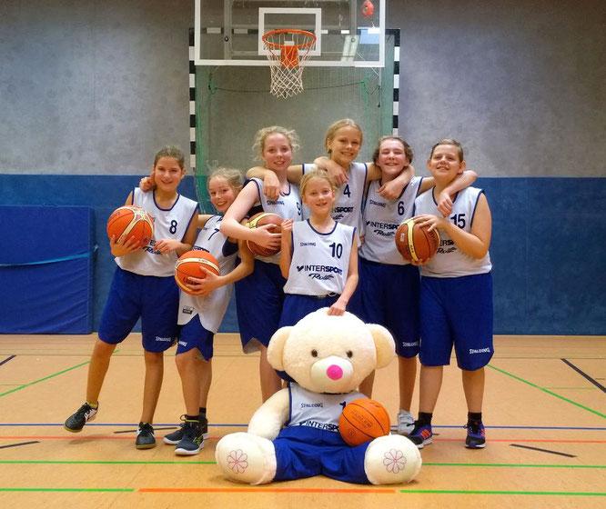 """Die Mädchen und Maskottchen """" """" freuten sich über den zweiten Sieg in Folge. (Foto: Fromme)"""