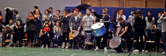 200 begeisterte Zuschauer verwandelten die Arena am Bockhorster Weg in einen Hexenkessel. Foto: Nau