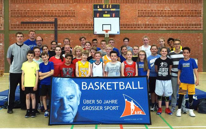 Zahlreiche Spielerinnen und Spieler der Junioren-Gruppe unterstützen im Anschluss beim Senioren-Turnier als Kampfrichter und sorgten für mentalen Support von der Tribüne aus. (Foto: Fromme)