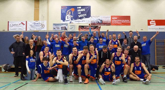 Der Stader Block in Bremen: Die Regionalliga-Herren freuten sich mit dem mitgereisten Anhang über das erfolgreiche Sportjahr. (Foto: Fromme)