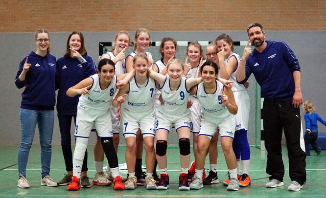 Sie zeigen es an: Die U14-Basketballerinnen des VfL Stade sind derzeit die Nummer 1 der Landesliga. (Foto: Fromme)