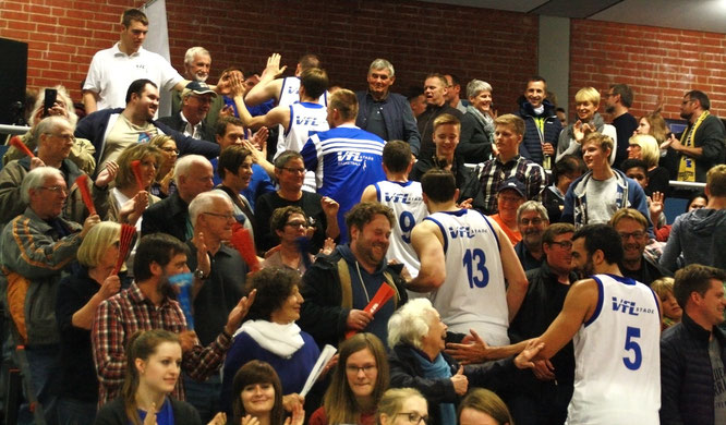 Die Mannschaft auf ihrer Ehrenrunde durch die Zuschauerränge. (Foto: Fromme)