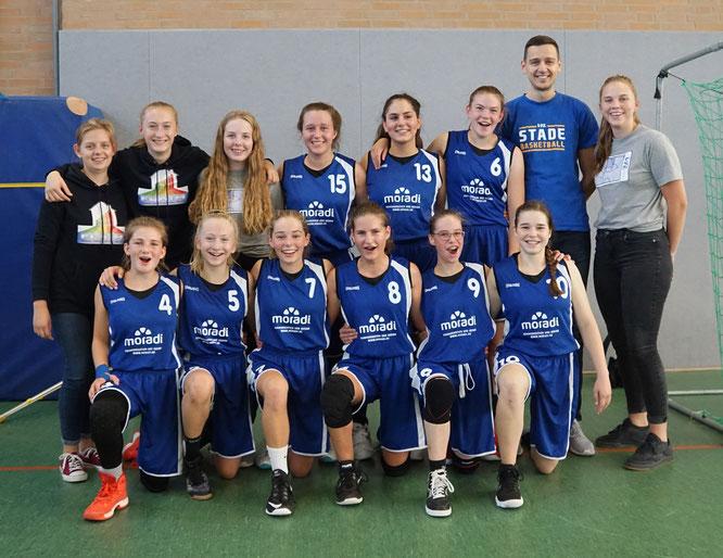 Freuten sich über ihren ersten Sieg in der höchsten niedersächsischen Spielklasse: Die wU16 und ihre Coaches. (Foto: Ehlbeck)