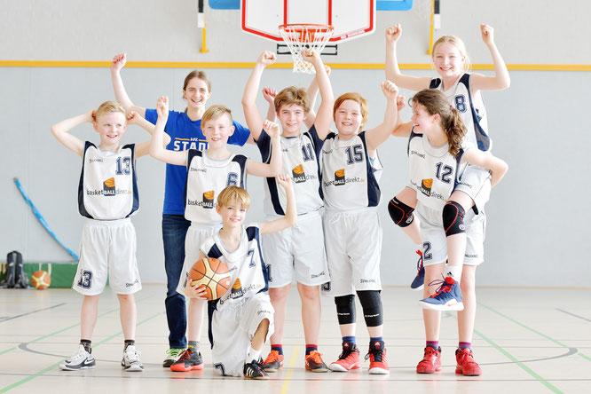 Große Freude bei der U12 II: Das Mini-Mixedteam fuhr in Uelzen seinen ersten Saisonsieg ein. (Foto: Elsen)