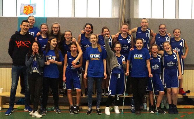 Die strahlenden Siegerinnen der U15 und ihre Trainer. (Foto: Lindemann)