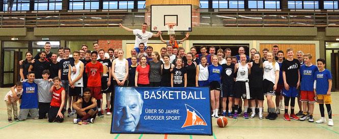 """Die gut gelaunte """"Senioren""""-Gruppe am Ende eines langen Turniertages. (Foto: Acar)"""