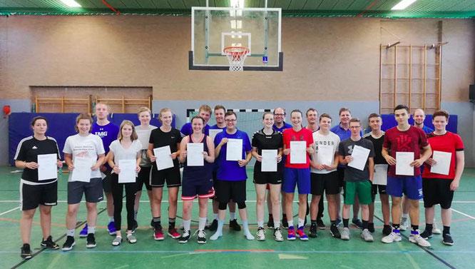 Nach insgesamt 48 Zeitstunden D-Trainerlehrgang war es geschafft: Alle 17 Teilnehmer/innen legten erfolgreich ihre Lehrproben ab. (Foto: Pañares)
