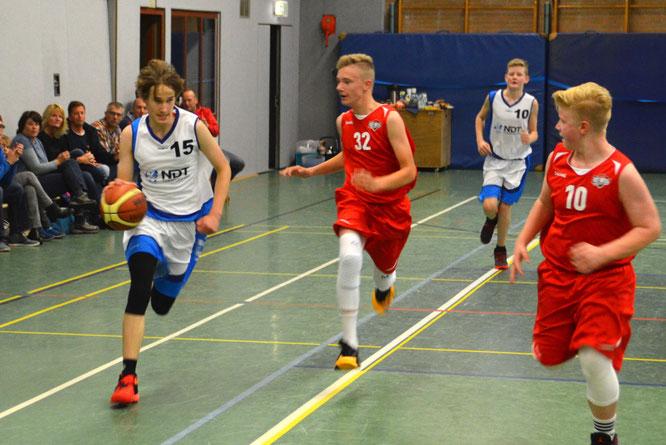 Die U14-Jungs um Benedikt Vollmers (Ball) führten über weite Strecken des Spiels. (Foto: Moradi)