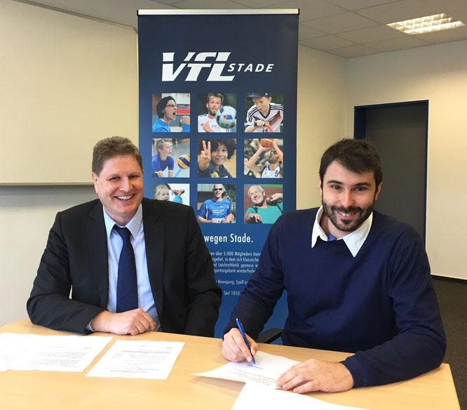 Die Tinte ist trocken: VfL-Präsident Carsten Brokelmann und Basketball-Cheftrainer Joan Rallo Fernández unterzeichneten am Dienstagvormittag den Zwei-Jahres-Vertrag. (Foto: Moradi)
