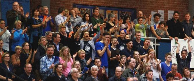 320 Stader Fans feierten ihre Lieblinge am letzten Spieltag der 1. Regionalliga Nord. Trotz Niederlage bot die Mannschaft eine bemerkenswerte Leistung gegen den Meister MTV Herzöge Wolfenbüttel. Foto: Fromme