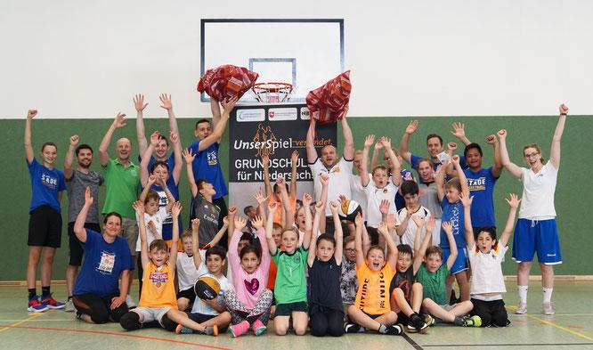 Zum Abschluss des Turniers hatte NBV-Projektreferent Danny Traupe noch eine Überraschung parat: Der Niedersächsische Basketballverband spendierte dem VfL Stade 30 Mini-Basketbälle für den Vereins- und Schulsport. (Foto: Fromme)