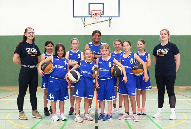 Die zur Saison 16/17 neu gegründete U13-Mädchenmannschaft und ihre Coaches. (Foto: Andresen)