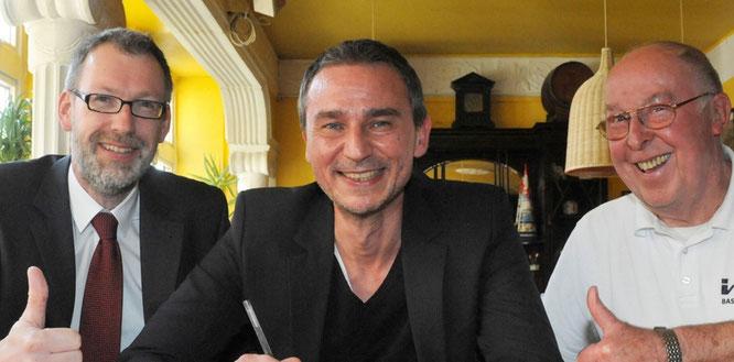 Abteilungsleiter Michael von Bremen (l.), 1. Herren-Teammanager Rudi Steinkamp (r.) und der neue Cheftrainer, Paul Larysz, freuen sich auf die Zusammenarbeit. Am Donnerstag haben sie den Vertrag unterzeichnet. (Foto: Borchers)