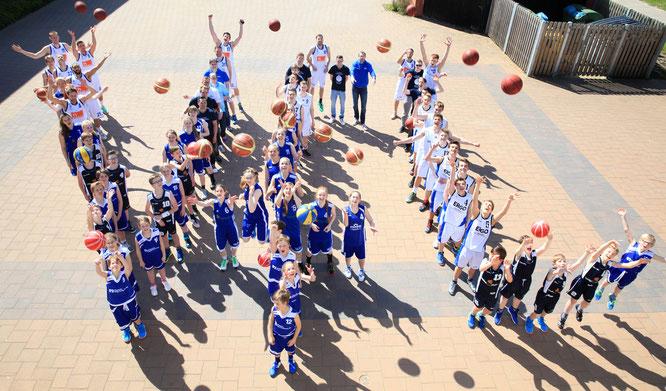 Die Mannschaften des VfL Stade Basketball beim Saisonfinale 2014/2015. Foto: Farah