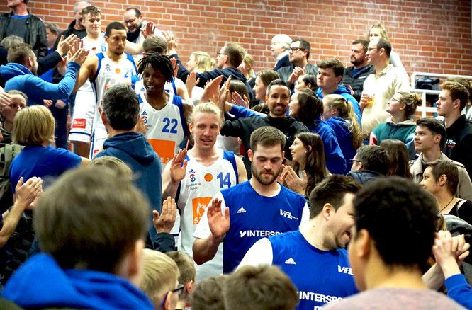 Nach dem Spiel gab es das verdiente Bad in der Menge. (Foto: Fromme)