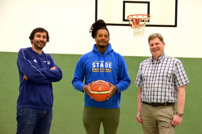 Marvin Boadu mit seinem neuen Coach Joan Rallo Fernández (l.) und VfL-Präsident Carsten Brokelmann (r.) nach der Vertragsunterzeichnung. (Foto: Moradi)