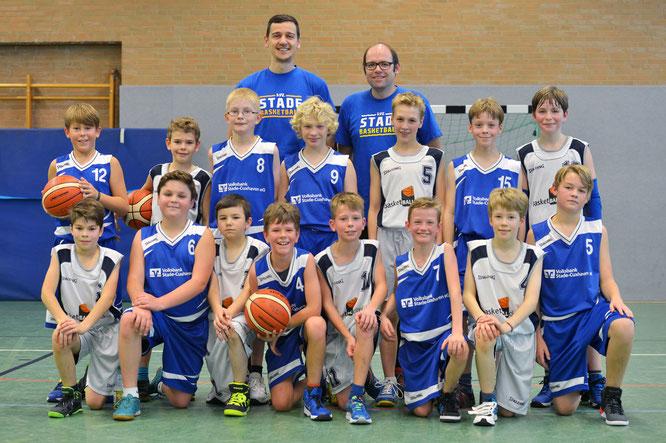 Justin Moradi (l.) und Manuel Reiter mit den Jungs der U12. (Foto: Elsen)