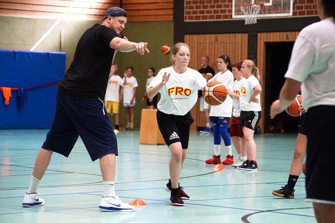FRO-Coach und VfL-Regionalligaspieler Richard Fröhlich zeigt wo's langgeht.